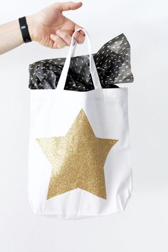 DIY Oscars Swag Bags - this is such a cute idea for an Oscars party! Teacher Party, Teacher Gifts, Mini Champagne Bottles, Champagne Gifts, Red Carpet Party, Diy Party, Party Ideas, Party Favors, Ideias Diy