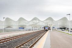 Esterni della stazione ferroviaria mediopadana dell'alta velocità, realizzata a Reggio Emilia dallo studio di architettura Calatrava. The Mediopadana railway station, built in Reggio Emilia and designed by Calatrava.