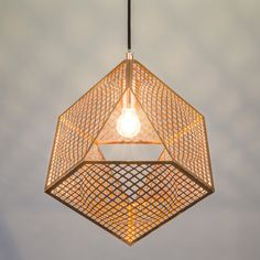 Lámpara colgante BASKET cobre - Preciosa lámpara de metal que tiene un aspecto tridimensional gracias a sus líneas, además de unos preciosos juegos de luces. La lámpara cuelga de un cable de hierro negro.