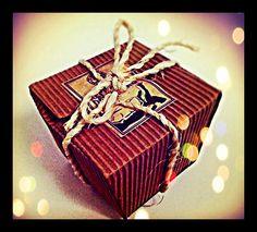 Caja de regalo elaborada con cartón corrugado reciclado y un lazo de mecatillo. Original y ecológica.