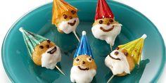 Doop de soesjes voor de helft in het glazuur. Laat hetglazuur een beetje hard worden. Steek de parasolletjesin de soesjes als puntmuts. Teken oogjes,… Food Porn, Latte, Pudding, Desserts, School, Model, Homemade Food, Gnomes, Eating Clean