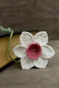 Rosa segnalibro all'uncinetto…. Una buona lettura merita un buon segnalibro, oltre ad essere grazioso da esporre magari in un libro aperto e sopra un mobile in Stile Shabby, perchè no! Un segnalibro per un lettore o una lettrice è una parentesi che si apre e si chiude quando viene interrotta (per qualunque motivazione), a meno ... Leggi ancora