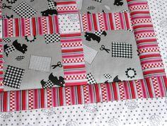 Wunderschöne Babydecke aus verschiedenen gemusterten Baumwollstoffen in den Farben grau, rot, weiß und schwarz. Die Unterseite ist aus einem weiß/s...
