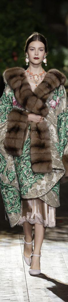 Dolce & Gabbana Alta Moda Fall/Winter Fashion Show Floral Fashion, Fur Fashion, Fashion Week, Look Fashion, Fashion Show, Fashion Design, Style Couture, Couture Fashion, Runway Fashion