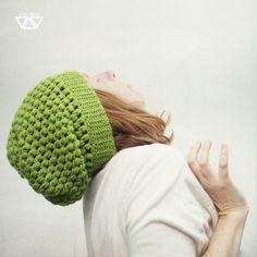 hrášková ručne háčkovaná čiapka nopková padavého strihu hráškovo zelenej farby akrylová priadza pružná. prispôsobí sa každej hlávke bežných rozmerov