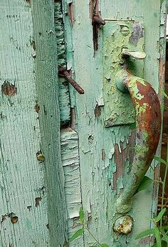 Love the tinge of green around the handle. The rust and the turquoise color marry perfectly.