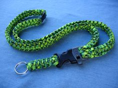 Paracord Lanyard in Gecko Green....I have been looking how to make a lanyard and this picture is very clear on how to make it.