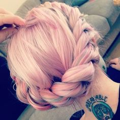 I love this kind of light pink for hair colour and that it doesn't stand out to much
