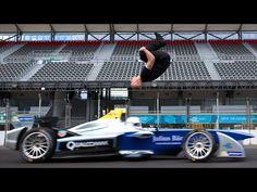 Stuntman macht einen Rückwärtssalto über einen heranrasenden E-Rennwagen | Vienna Online
