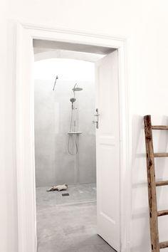 Das Badezimmer mit Dusche erreicht man direkt vom Schlafzimmer.  / / / / / casapolpo.com (Ferienwohnung) CASA POLPO appartamento #italien #apulien #monopoli #puglia #italia #urlaub #ferienwohnung #casapolpo