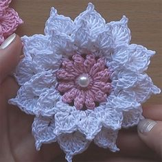 Crochet Flowers Easy This crochet pattern / tutorial is available for free. Full post: Crochet Flower - This crochet pattern / tutorial is available for free. Crochet Puff Flower, Crochet Flower Tutorial, Knitted Flowers, Crochet Roses, Pattern Flower, Crochet Lace, Appliques Au Crochet, Crochet Motifs, Crochet Stitches