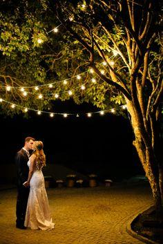 Noivo | Noiva | Noivos | Couple | Bride | Groom | Happy Ever After | Just Married | I Do | Mr & Mrs | Felizes Para Sempre | Casamento | Wedding | Beijo | Kiss | Inesquecível Casamento | Iluminação romântica | Beijo dos recém-casados