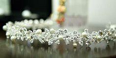 Tiara em pedras de zirconias e perolas de vidro. <br>Folheada em prata. <br>Fazemos outras folheações. Rodhium (ouro branco) 580,00 <br>ENTREGAS A COMBINAR DE ACORDO COM AGENDA DA DESIGNER