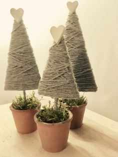 Scampoli di Lana recycles: 25 do-it-yourself Christmas decorations - Easy homemade christmas gifts - Christmas Candle Decorations, Diy Christmas Tree, Christmas Makes, Christmas Crafts For Kids, Xmas Crafts, Christmas Projects, Christmas Holidays, Christmas Ornaments, Primitive Christmas