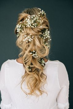 winter wedding makeup 11 Effortlessly Romantic Wedding Hairstyles: Who knew babys breath could look so magical Simply twist and pin random, large pieces of curled hair, then add texture with finishing spray. Makeup by Steph Wedding Hair Flowers, Wedding Hair And Makeup, Flowers In Hair, Hair Makeup, Makeup Hairstyle, Wedding Flower Headbands, Bride Makeup, Wedding Dresses, Hair Styles Flowers