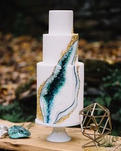 Don't know if we've seen a more flawlessly executed geode #cake in all our days. See the rest of this boho geode wedding editorial on the blog this eve. ✨✨ Cake: @cakelifebakeshop | Photo: @hopehelmuthweddings | Planning and design: @arielleferaevents #wedding #thatsdarling #flashesofdelight #weddingideas #geode