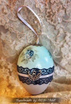 Húsvéti tojás, decoupage technikával díszítve, mérete: 9 cm. Más színben és mintával is kérhető. Photo Props, Techno, Christmas Bulbs, Pendant Necklace, Decoration, Holiday Decor, Jewelry, Decor, Jewlery