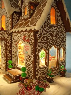 27 Beautiful Christmas Gingerbread House Ideas 15 – All About Christmas Gingerbread Christmas Decor, Cool Gingerbread Houses, Gingerbread House Designs, Gingerbread House Parties, Gingerbread Village, Christmas Goodies, Christmas Treats, Christmas Baking, Gingerbread Cookies