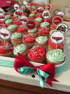 Minicupcakes con toppers del tema del evento