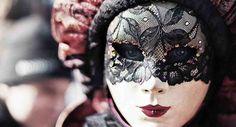 Eins der 10 besten Mottoparty-Themen für Erwachsene ist ein Venezianischer Maskenball