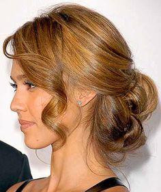 fryzura na wesele z długim loczkiem z boku