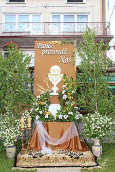 ołtarze na boże ciało - Szukaj w Google Corpus Christi, Altar Decorations, Holy Week, First Holy Communion, Communion Dresses, Holidays And Events, Santos, Flower Arrangements, Churchill