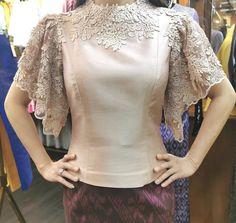 Batik Dress, Silk Dress, Traditional Dresses Designs, Dress Brokat, Smart Dress, Fancy Blouse Designs, Blouse Models, Latest African Fashion Dresses, Classy Dress