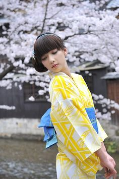 Kimonomachi usually has traditional looking kimono like this yellow yukata, paired with vintage colored obi, usually at a designer price. Japanese Yukata, Japanese Costume, Japanese Outfits, Japanese Fashion, Cute Japanese Women, Japanese Beauty, Japanese Girl, Modern Kimono, Yukata Kimono
