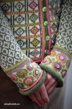 Buttons added to fair isle. Hippie kofte / Hippie Jacket Design&Photo: Sidsel J.no Pattern in my webshop sidselhoivik.no Yarnkit in English, Dutch and Norwegian We ship to Europe, USA, Canada, Australia and New Zealand Punto Fair Isle, Motif Fair Isle, Fair Isle Pattern, Fair Isle Knitting Patterns, Knitting Stitches, Knit Patterns, Hand Knitting, Pull Crochet, Knit Crochet