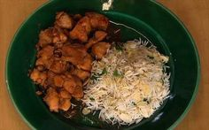 Tagliare a cubetti il pollo e marinarlo con l'aglio schiacciato, la soia, il miele e lo ...