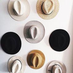 Hats for Women: takkaseinälle tai jollekin muulle seinälle erilais. Looks Style, Style Me, Fashion Gone Rouge, Minimal Classic, Turbans, Mode Inspiration, Little Things, What To Wear, Fashion Accessories