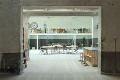 Conheça este HUB de Madrid. Lugar que une empreendedorismo e criatividade para um mundo melhor. Veja as fotos do escritório aqui - http://www.designtendencia.com.br/blog/escritorios/hub-madrid/