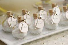 Fairy dust. Benodigdheden: Fijne badzout, Glitters, Geurstof, Glazen flesje, Labeltje, Lintje, Bekertje, Trechtertje.  Werkwijze: Giet een beetje badzout in het bekertje, voeg hier wat glitters en max 3 druppels geurstof toe en roer dit goed door elkaar. Giet de badzout met behulp van een trechtertje in het glazen potje, sluit deze goed af.  Maak een labeltje met de tekst Fairy dust en de geur van het badzout.  Bindt het labeltje om de hals van het flesje met een lintje.