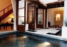 プールのような広いお風呂で癒しのひととき。バリ式エステも楽しめるんです。