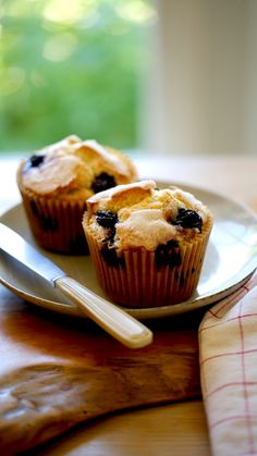 A traditional blueberry muffin recipe, moist and light and so easy! As well as a healthy Blueberry Muffin Recipe with no eggs and natural sugars, and healthy fat.  #entertainingwithbeth #blueberryMuffin #BreakfastRecipe #SummerRecipes Easy Summer Desserts, Summer Dessert Recipes, Desserts Menu, Breakfast Recipes, Healthy Blueberry Muffins, Blue Berry Muffins, Cake Recipes For Beginners, Easy Cake Recipes, Muffin Recipes