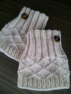 Ravelry: My White Christmas Boot Toppers pattern by Jennifer Brooks Rice, worsted wt yarn magic loop Knitted Boot Cuffs, Knit Boots, Knitted Hats, Knitting Stitches, Knitting Socks, Boot Toppers, Fingerless Mitts, Knitted Headband, Knitting Accessories