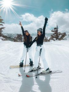 Ski fashion and ski outfit ideas for stylish women that want to look snow bunny cute to hit the slopes for winter 2019 - What will you wear to ski this year? Here are some ski outfit ideas for i Cute Friend Pictures, Best Friend Pictures, Mode Au Ski, Ski Season, Winter Season, Foto Instagram, Ski Fashion, Fashion Weeks, London Fashion