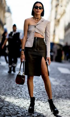 The Best Street Style Of Paris Fashion Week street style paris fashion week Best Street Style, Street Style Trends, Cool Street Fashion, Current Fashion Trends, Fall Fashion Trends, Autumn Fashion, Deconstruction Fashion, Weekly Outfits, Paris Mode