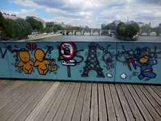 Depuis le mois de juin, les Gouzous (les petits personnages de l'artiste de street art réunionnais Jace) ont remplacé les cadenas de l'amour du Pont des Arts. Pourcette fresque (qui devrait rester...