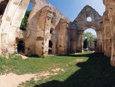 Okolie kostola a kláštora ponúka množstvo romantických zákutí.