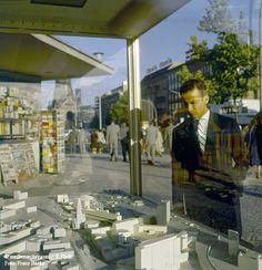 BERLIN 1960, im Hintergrund der Breitscheidplatz mit der Gedächtniskirche. Mann in Betrachtung eines Models des neuen Bebauungsplans.