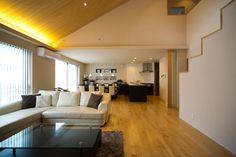 桧の大黒柱、無垢のフローリング、珪藻土の塗り壁、自然素材に包まれたインテリアです。壁に仕込んだ間接照明が桧造りの天井を柔らかく照らし出しています。|インテリア|ダイニング|ナチュラル|和モダン|コーディネート|デザイン|おしゃれ|テーブル|吹き抜け|モダン|飾り棚|