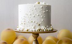 Ano Novo é celebração, é esperança que nossos sonhos se realizem, e principalmente muitas borbulhas de champanhe. Foi nesse espírito que o bolo 2015 foi criado! Tim Tim e viva 2015!