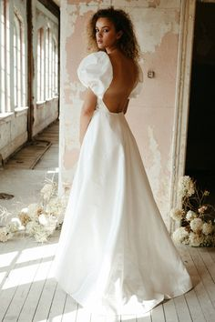 If you love Princess Diana's wedding dress or you're a bridal trendsetter, you'll want to hear the news: taffeta wedding dresses are back! Lady Dye Gown by Elizabeth Dye