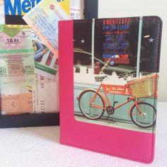 """""""Lembranças de uma viagem: tickets de trem e um passaporte todo carimbado! Guardado nessa capa para passaporte fica tudo melhor!"""" - Loja finé - www.lojafine.com"""