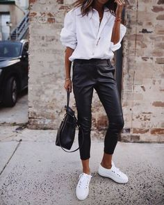 Simple shick – classic white shirt, leather pants and white shoes Simple shick – klassisches weißes Hemd, Lederhose und weiße Schuhe Leather Pants Outfit, Black Leather Pants, White Shoes Outfit, Black Pants White Shirt, White Sneakers Outfit Spring, White Blouse Outfit, White Shirt Outfits, Leather Dresses, Summer Outfit