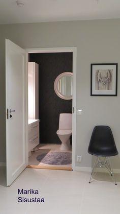 Moderni mustavalkoinen wc, kylpyhuone
