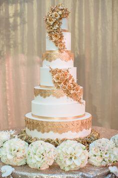 Resultado de imagem para white flowers wedding gold cake