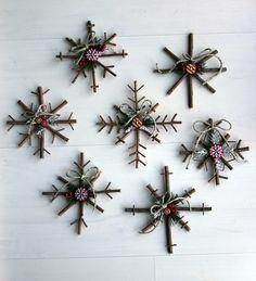 Des flocons de neige à faire à la maison. Marche à suivre sur cette page : http://www.littlethingsbringsmiles.com/2010/12/rustic-snowflake-tutorial.html