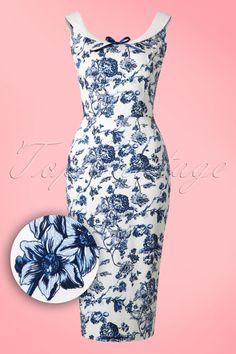 Dieses 50s Maddison Toile Floral Pencil Dress ist zum verlieben, sooo schön!Dieses Kleid ist eine echte Perle, mit einer runden Halsllinie auf der Vorder- und Rückseite. In einem eleganten, dunkelblauen Blumenmuster und geschmückt mit einer satinählichen, dunkelblauen Schleife. Hergestellt aus einem leicht dehnbaren, weißen Baumwolle-Mix der deine Kurven perfekt betonen wird. Schlüpfe in deine Pumps und rufe deinen Prince Charming schon mal an, denn wir sorgen ...